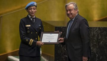 A militar brasileira Marcia Andrade Braga recebe das mãos do secretário-geral da ONU, António Guterres, o prêmio de Defensora Militar da Igualdade de Gênero da ONU. Foto: ONU/Cia Pak
