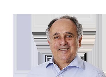Cristovam Buarque . Professor emérito da UnB, exerceu dois mandatos como senador da República pelo Distrito Federal, (2005 a 2019), foi Ministro da Educação(2003), onde permaneceu por um ano. Entrou na política em 1994 quando se candidatou  ao governo do DF. Como governador instituiu programas inovadores como o Bolsa Escola, que transferia renda para famílias que mantinham seus filhos na escola pública. Como professor da Universidade de Brasília (UnB), foi o primeiro reitor eleito pelo voto direto em universidade federal, tornando-se reitor em 1985. Formado em Engenharia Mecânica, doutor em economia pela Universidade Sorbonne, em Paris, na França. Trabalhou para o Banco Mundial, em vários países, na década de 1970. Em 1979 voltou par ao Brasil para ser professor na UnB.