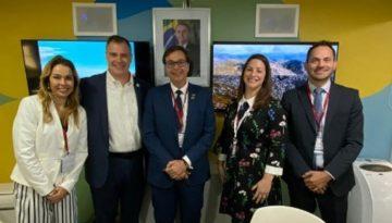 Equipe-da-Embratur-e-representantes-internacionais-no-estande-do-Brasil-na-WTM-Londres-2019