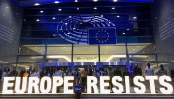 Protesto a favor da União Europeia em frente ao Parlamento Europeu em Bruxelas